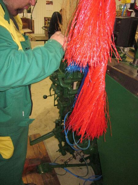 Seprűgyártás, a cirok kötözése