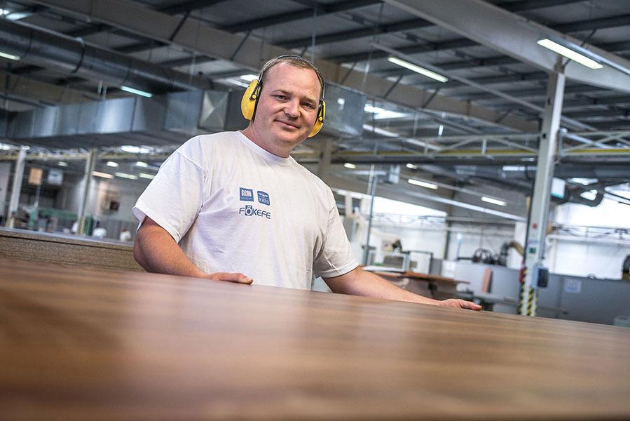 megváltozott munkaképességű dolgozó bútorgyártás közben