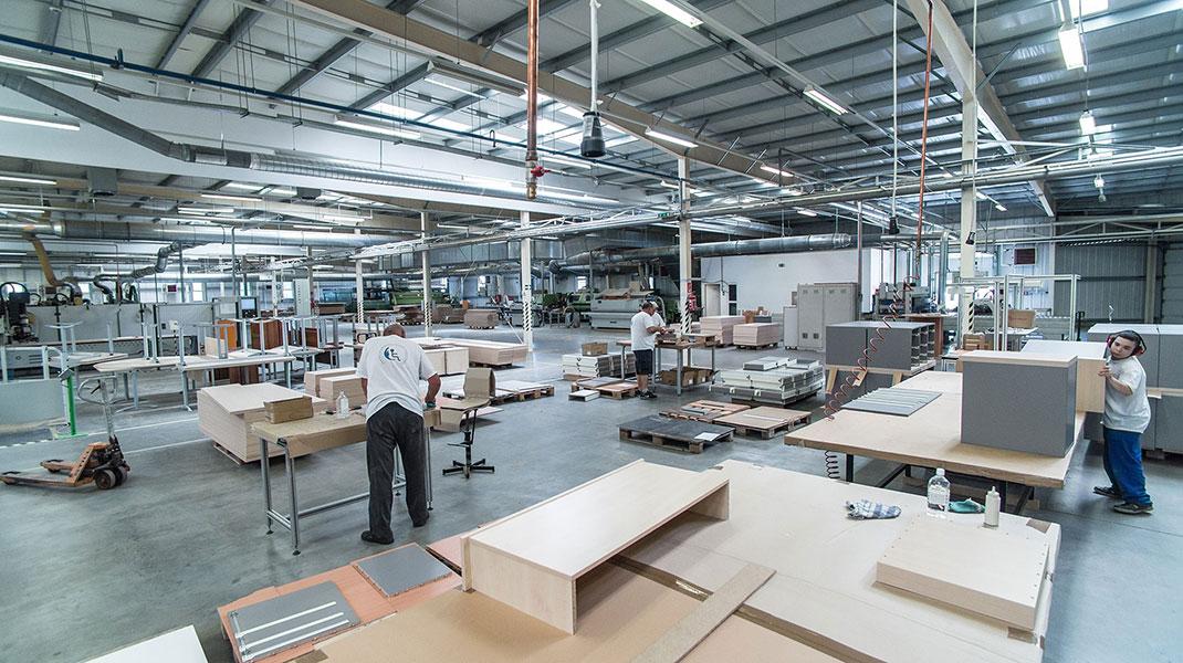 megváltozott munkaképességű dolgozók bútorgyártás közben
